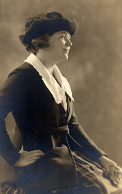 Dorothy Smith Dushkin, 1919                              Photograph by Koehne (Chicago)