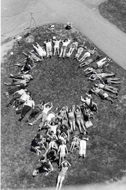 Women's School of Planning and Architecture  participants forming a woman symbol, 1975