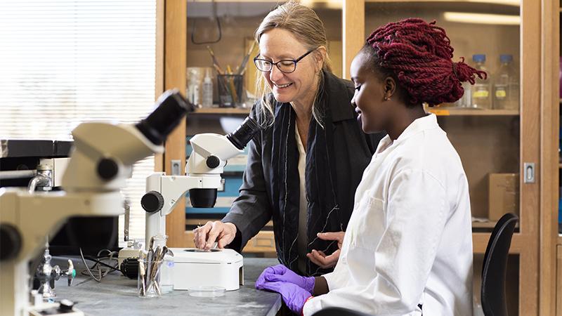 Mary Harrington with Grace Irungu '20 at microscope