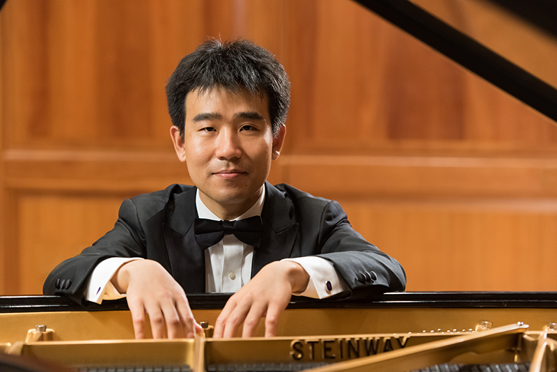 Portrait of Jiayan Sun at the piano