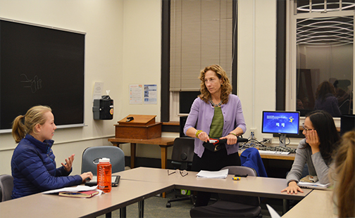 Nancy Cohen teaches Smith's new journalism class