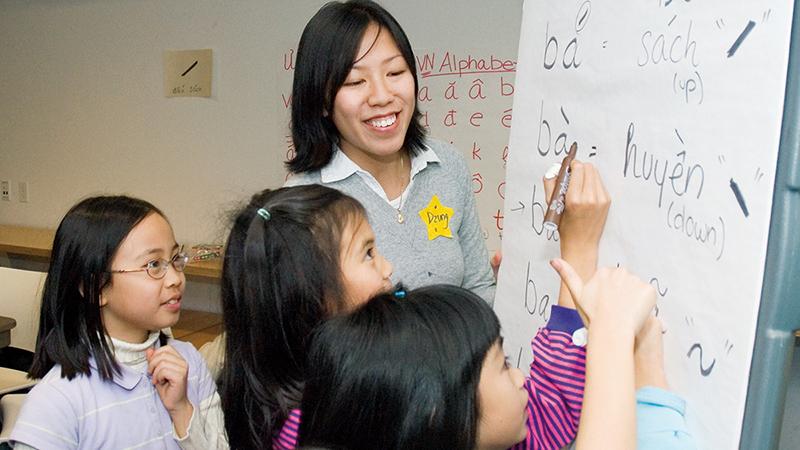 Smith student teaching Vietnamese to school children