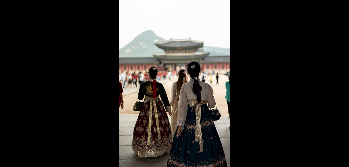 A photo at the most famous royal palace of the Joseon dynasty, Gyeongbokgung (경복궁), featuring women wearing Hanbok (한복), a traditional Korean dress.