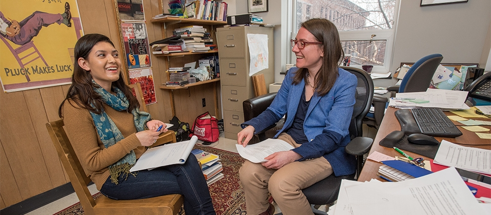 Tina Wildhagen meeting with a student in her office