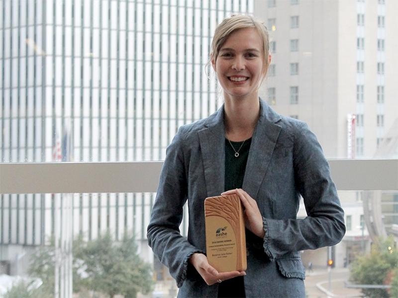 Breanna Parker '18 with AASHE award. Photo courtesy of AASHE.
