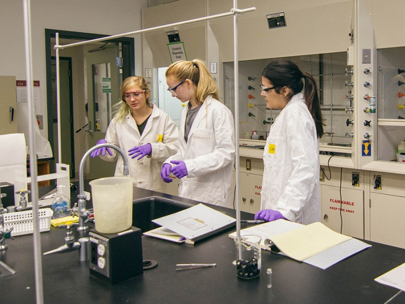Teaching assistant Megan Wancura '17 (left) helps Organic II chemistry lab students Shannon Nicholls '19 and Daisy Vargas '18 with an experiment involving neurolenin D molecules. Photo by Shishi Shomloo '19