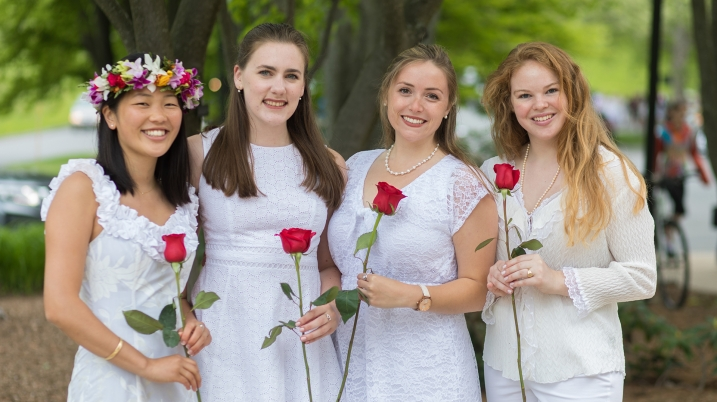 Four students with roses at Ivy Day